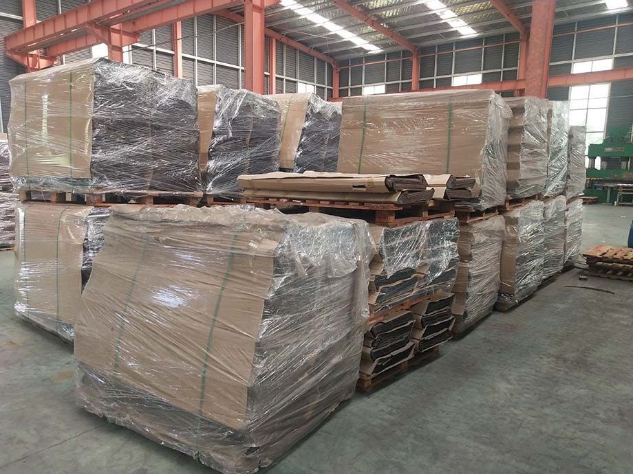 color stone coated roof tile Packing (1).jpg